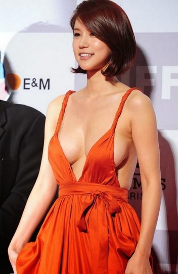 Bralless-South-Korean-Actress-Blinds-Men-On-Red-Carpet1